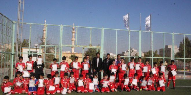 تجلیل شهردار قشم از نونهالان فوتبالیست